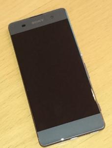 Sony Smartphone liegt auf Tisch